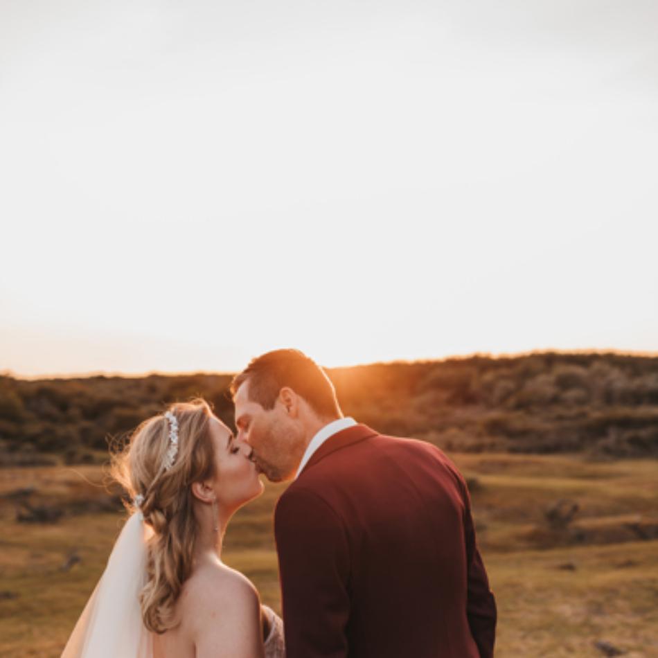 bruiloft tijdens zonsondergang zeeland
