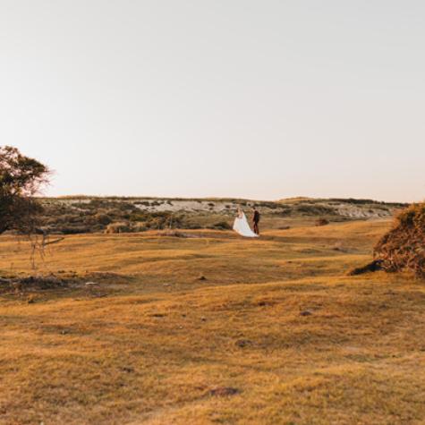 trouwfotograaf zeeland spontaan zonsondergang