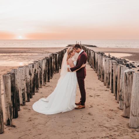 trouwfotoshoot zonsondergang strand