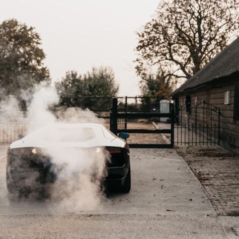 rook uit trouwauto