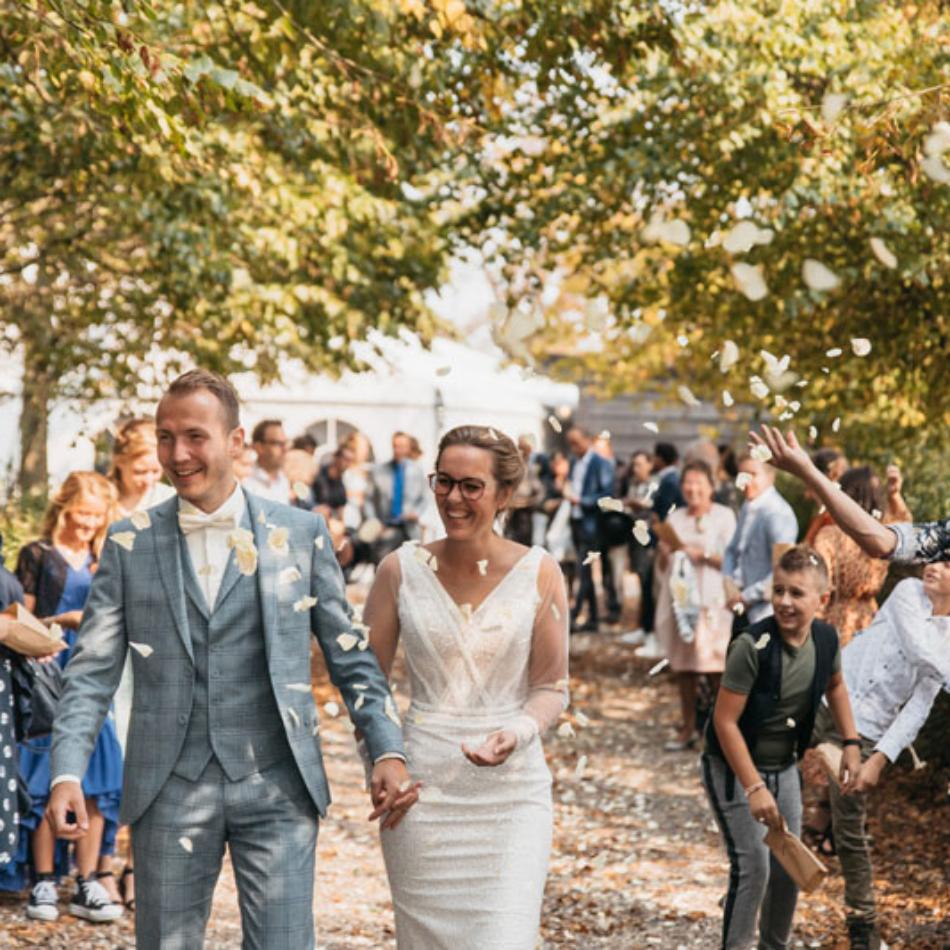 strooien rozenblaadjes bruiloft