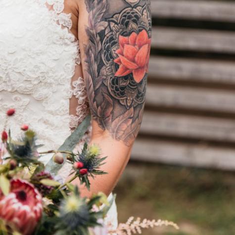 bruid met tatoo foto