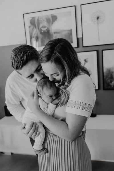 knuffelen tijdens newbornshoot